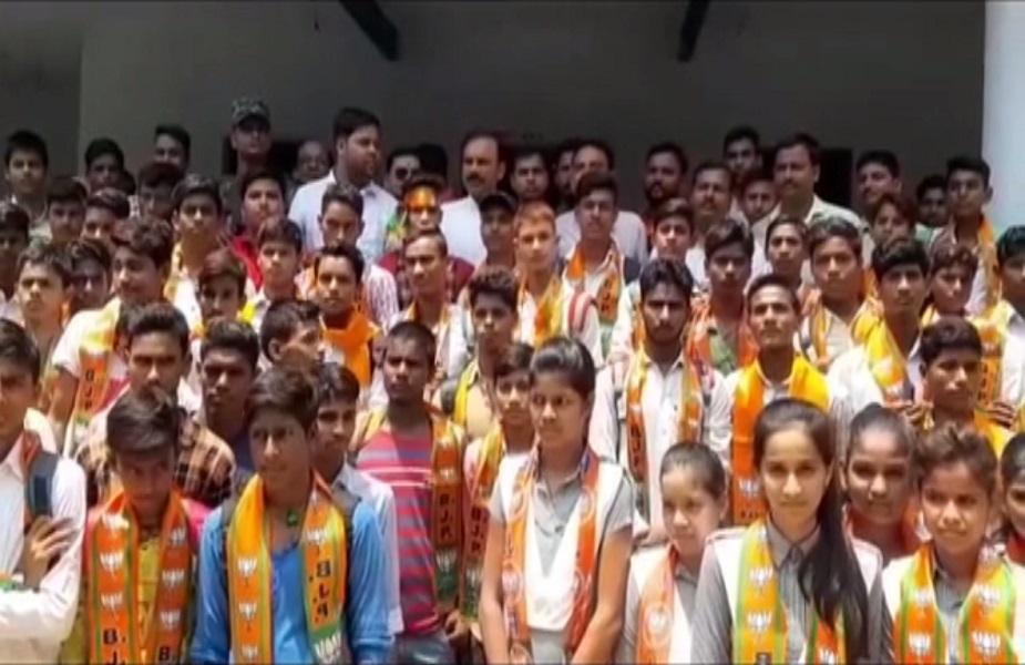 उत्तर प्रदेश के चंदोली में एक अजीबोगरीब मामला सामने आया है, जहां भारतीय जनता पार्टी के एक विधायक ने निजी स्कूल में जाकर छात्रों के साथ राजनीति शुरू कर दी. कहा जा रहा है कि बीजेपी विधायक ने स्कूल में जाकर छात्र और छात्राओं को भी पार्टी का सदस्य बना दिया. इस दौरान उन्होंनें छात्रों को बीजोपी का पटका भी पहना दिया. अब इस घटना का वीडियो सोसल मीडिया पर जमकर वायरल हो रहा है.