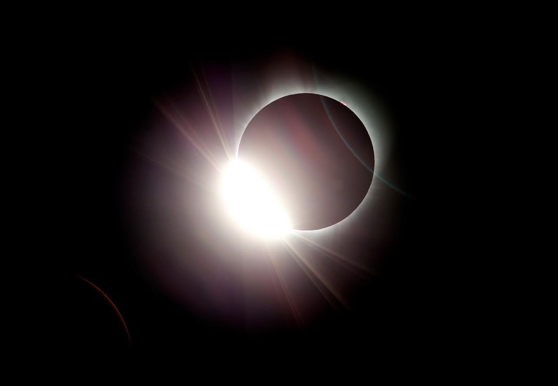 इस साल का दूसरा सूर्यग्रहण लग चुका है. रात 10 बजकर 25 मिनट से शुरु हुआ ग्रहण सुबह 3 जुलाई के 03:20 बजे तक रहेगा.