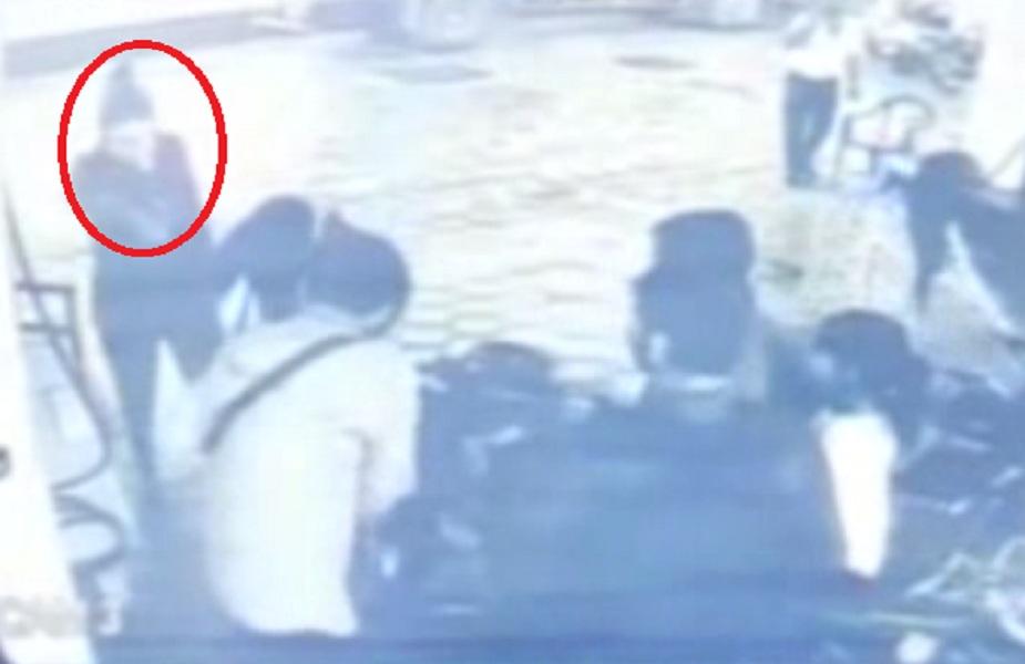 पेट्रोल पंप पर लुटेरों ने कर्मचारी से बंदूक की नोक पर की लूट, CCTV में कैद हुई वारदात