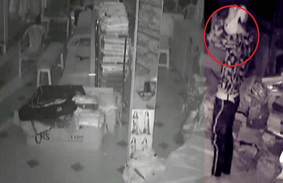 कपड़े के शोरूम चोरी करते बच्चों की गैंग CCTV में हुई कैद
