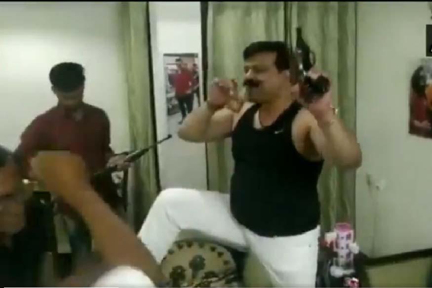 हाल ही में विधायक प्रणव सिंह चैंपियन का बंदूक हाथ में लेकर डांस करते हुए वीडियो वायरल हुआ था.