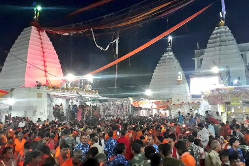 सावन की पहली सोमवारी पर देवघर स्थित बाबा बैद्यनाथ धाम मंदिर में कांवरियों की अपार भीड़ उमड़ी.
