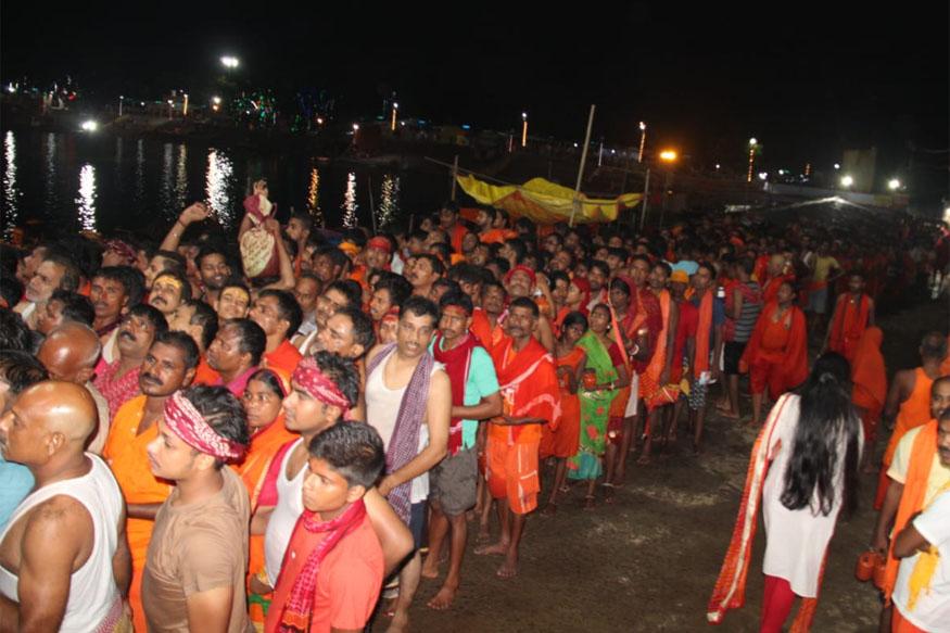सुबह जलाभिषेक के लिए मंदिर का पट खुलने तक कांवरियों की 12 किमी लंबी लाइन लग गई.