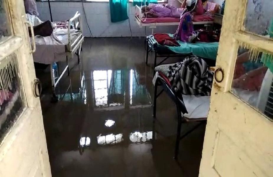 बिहार के मुख्य ईएसआई अस्पताल में मरीजों को तालाब के अंदर रहकर इलाज की सुबिधा मुहैया कराई जा रही है. यहां मरीजों के वार्ड से लेकर अस्पताल के हर कोने में पानी-पानी नजर आ रहा है. ऑपरेशन थियेटर के अंदर भी डॉक्टरों को पानी में ही ऑपरेशन करना पड़ रहा है.