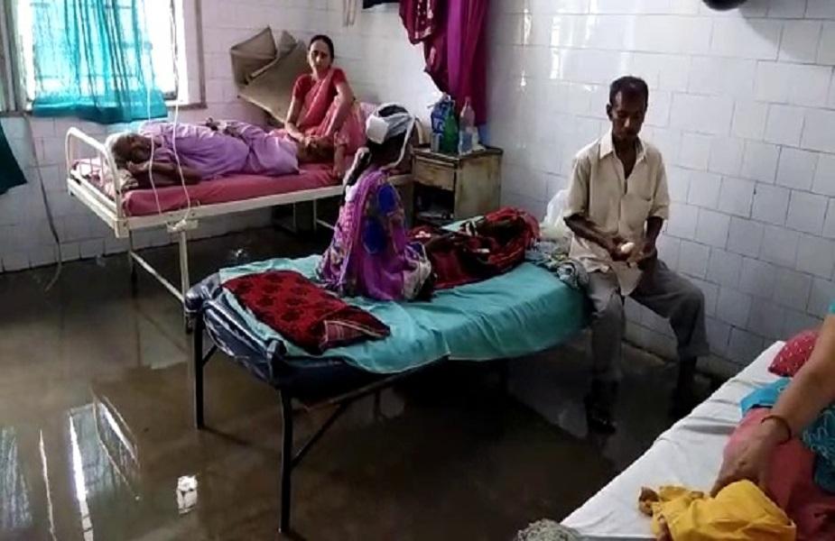 फुलवारी के ESI अस्पताल में बारिश के पानी ने अस्पताल के ओपीडी इमरजेंसी सहित मरीजों के वार्ड के बाहर तक बारिश का पानी जमा हो चुका है जिसके कारण अस्पताल में चिकित्सकीय जांच कराने आए मरीज व उनके परिजनों को काफी परेशानी हो रही है.