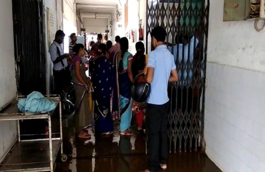 इस मामले मेंजब अस्पताल के अधीक्षक डॉक्टर अरुण कुमार शर्मासे पूछा गया तो उन्होंनेजल्द ही समस्या का समाधान होने की बात कही. बहरहाल बारिश की बूंदों ने जिस तरह से अस्पताल में साफ-सफाई और बेहतर स्वास्थ्य व्यवस्था की पोल खोल रही हैउससे यह साफ जाहिर होता है कि यहां के अधिकारी और विभाग इसके लिए कितना चिंतित हैं.