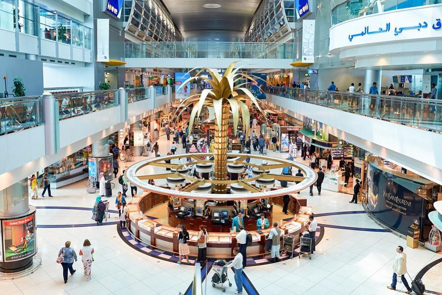 साल 2018 के आंकड़ों को देखें तो ड्यूटी फ्री के चलते दुबई एयरपोर्ट पर भारतीयों द्वारा दो अरब की वार्षिक खरीदारी की गई है. यह दुबई एयरपोर्ट के व्यवसाय का 18 फीसदी हिस्सा है. दुबई ड्यूटी फ्री के चलते मौजूदा समय में 47 विभिन्न देशों के 6000 से ज्यादा कर्मचारियों को रोजगार मिला हुआ है. इनमें भारतीयों की तादाद सबसे ज्यादा है.