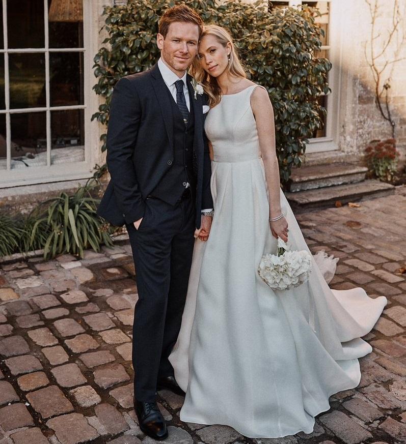 अपनी कप्तानी में इंग्लैंड को पहली बार वर्ल्ड कप दिलवाने वाले ऑयन मॉर्गन की पत्नी तारा लक्जरी ब्रिटिश फैशन कंपनी के पब्लिक रिलेशन डिपार्टमेंट में काम करती है. आठ साल के लंबे अफेयर के बाद दोनों ने पिछले साल नवंबर में शादी की थी.
