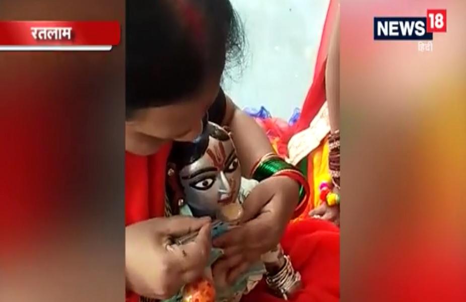 आज तक के वेबसाइट में छपी खबर के मुताबिक मूर्ति रखने वाले परिवार की महिला गीता खरे ने कहा- यह मूर्ति सिवनी मालवा की अर्चना जलज जी को किसी महात्मा ने दी थी. वहीं, एक स्थानीय निवासी श्याम बैरागी ने बताया कि अपनी आंखों से ऐसा होते देखा है. इस तरह की घटना मैंने अपने जीवन में पहली बार देखी.