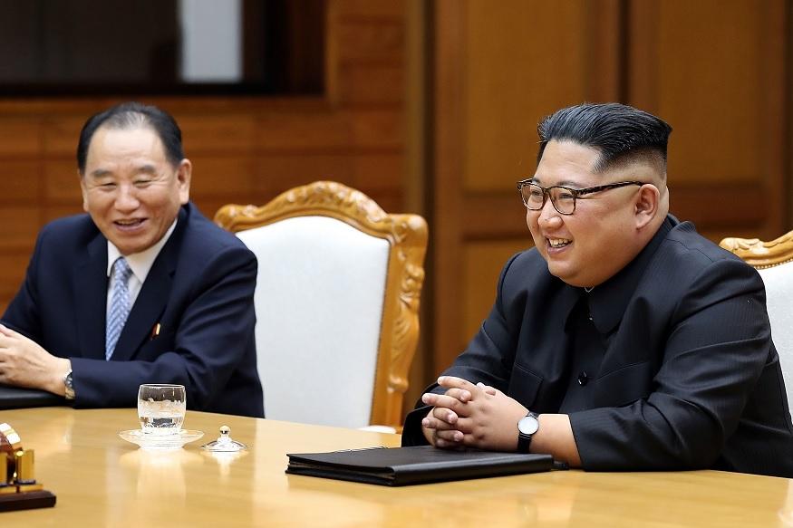 उत्तर कोरिया में रविवार को हुए स्थानीय चुनावों में करीब 100 फीसदी वोटिंग देखने को मिली. इनमें देश के नेता किम जोंग के उम्मीदवारों को 99.98 प्रतिशत मत पड़े. हालांकि पर्ववेक्षकों का कहना है कि उत्तर कोरिया में चुनाव होना एक औपचारिकता है, क्योंकि यहां चुनाव में किम जोंग की पार्टी के अलावा कोई और चुनाव में हिस्सा नहीं लेती.