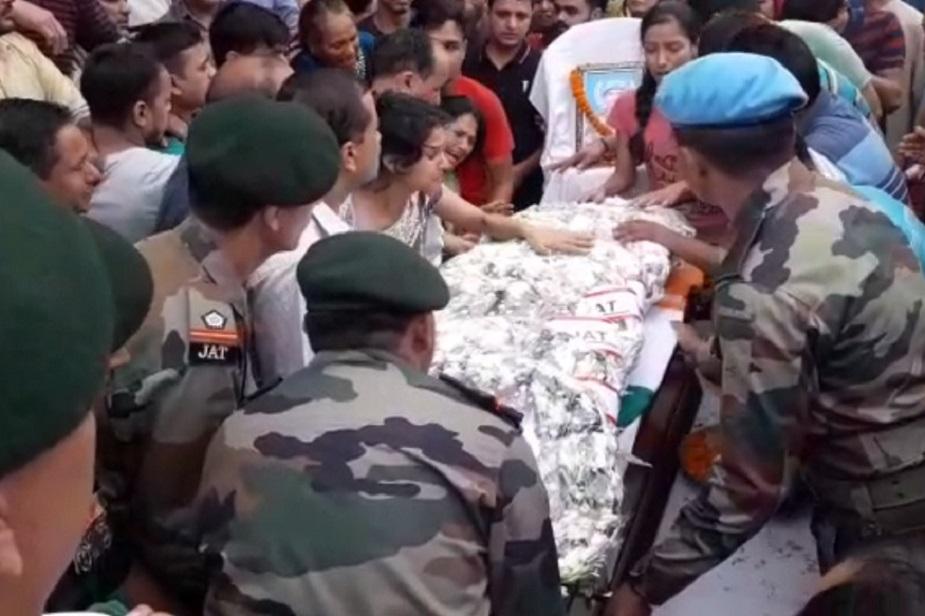 रमेश नेगी की पत्नी पछाड़ें खाकर गिर रही थीं तो बेटियां रो-रोकर बेहाल थीं.
