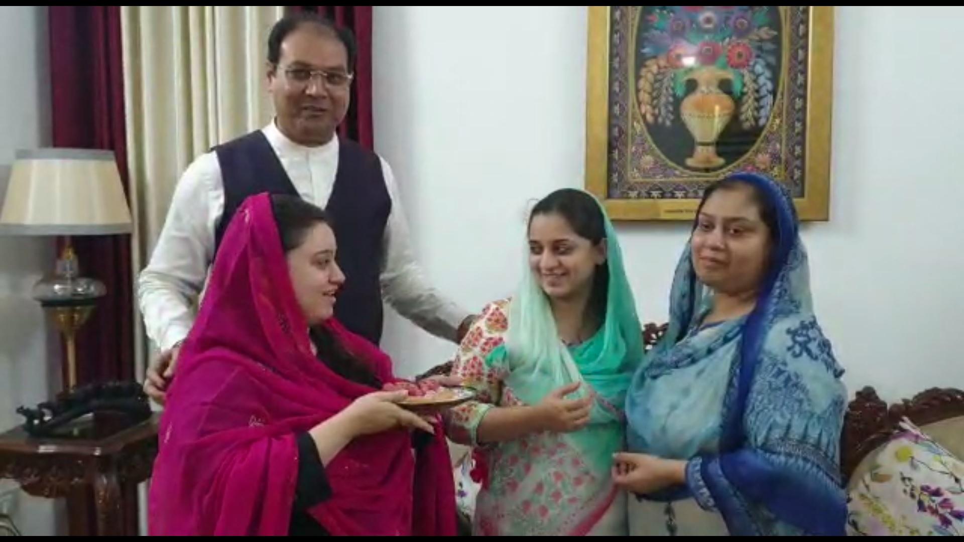 परिवार के साथ यूपी सरकार में मंत्री मोहसिन रज़ा.