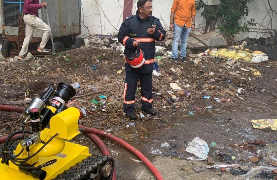 मुंबई में सोमवार को MTNL बिल्डिंग में लगी आग ने एक बार शहर की तरफ देशभर की आंखें लगा दीं. लोग घंटों तक घटना का अपडेट लेते रहे. फायर ब्रिगेड के तेज एक्शन की वजह से बड़ी दुर्घटना को टाल दिया गया है. लेकिन जब फायर ब्रिगेड आग बुझाने के प्रयास में लगी थी तब सभी निगाहें एक नई तरह की मशीन पर भी गईं. फायर ब्रिगेड ने आग बुझाने के लिए रोबोट का इस्तेमाल किया. आम तौर भारतीय शहरों में फायर ब्रिगेड की गाड़ियां जानी-पहचानी चीज होती हैं लेकिन आग बुझाने इन रोबोट ने लोगों का ध्यान अपनी तरफ खींचा.