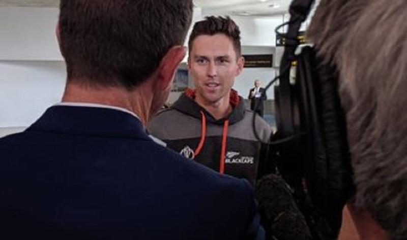hg इंग्लैंड के खिलाफ विवादित फाइनल हारने के बाद न्यूजीलैंड टीम अपने घर पहुंच चुकी है. गुरुवार को कीवी खिलाड़ी और स्टाफ ऑकलैंड एयरपोर्ट पर पहुंचे.फोटाे क्रेडिट: न्यूजीलैंड के ट्विटर हैंडल से
