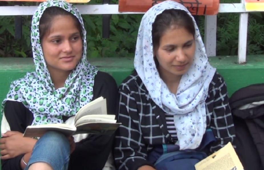 राज्य के सबसे बड़े महाविद्यालयों में शुमार पिथौरागढ़ महाविद्यालय में 7000 से ज़्यादा छात्र-छात्राएं पढ़ते हैं. यहां पिथौरागढ़ के साथ ही पड़ोसी जिलों के छात्र-छात्राएं तो हैं ही, नेपाल से भी युवा पढ़ने आते हैं.