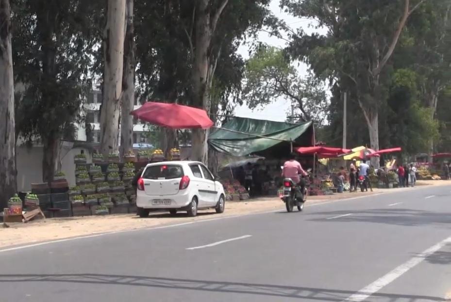 इसके अलावा हाईवे किनारे अतिक्रमण भी कांवड़ यात्रा के दौरान समस्या पैदा कर सकता है. मंगलौर हाईवे के किनारे अवैध तरीके से लगी फलों की दुकानें सड़क को संकरी कर रही हैं क्योंकि फल खरीदने के लिए गाड़ियां भी रुक जाती हैं. यह शहर में जाम का बड़ा कारण भी है.