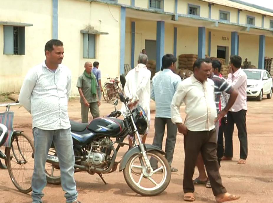 chhattisgarh news, छत्तीसगढ़ latest news, छत्तीसगढ़ समाचार, Chhattisgarh samachar,Chhattisgarh news in hindi, raipur, raipur news, loan waived farmers, loan waived farmers of chhattisgarh, problems of loan waived farmers, Chhattisgarh congress government, रायपुर न्यूज, छत्तीसगढ़ में किसानों की कर्ज माफी. कर्ज माफी से किसानों को परेशानी. बैंक से किसानों को नहीं मिल रही एनओसी, किसानों की परेशानी