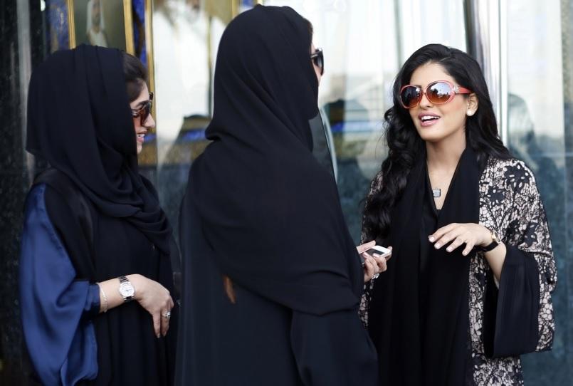 सऊदी में लंबे समय से महिलाएं अपने अधिकारों को लेकर आवाज उठाती रही हैं. दुनिया भर के मानवाधिकार संगठन भी कहते रहे हैं कि सऊदी में पुरुष संरक्षक की व्यवस्था महिलाओं को दोयम दर्जे का नागरिक बना रही हैं.