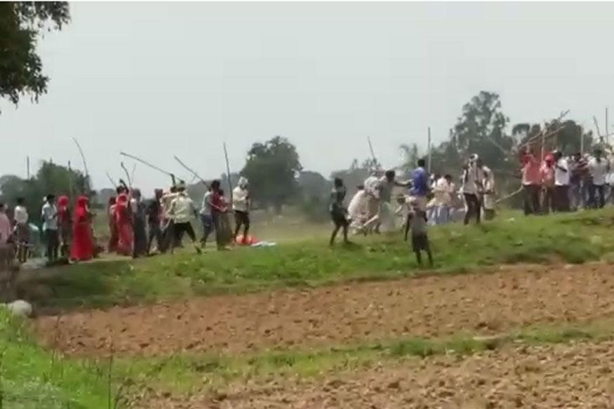 सोनभद्र जिले के घोरावल कोतवाली के मूर्तिया ग्राम पंचायत के उम्भा गांव में पिछले 17 जुलाई को जमीनी विवाद में हुए 10 लोगों की नृशंस हत्या का पहला वीडियो सामने आया है. वीडियो में सैकड़ों लोग लाठी-डंडे से संघर्ष करते नजर आ रहे हैं. साथ ही गोलियों की आवाज भी सुनाई दे रही है.