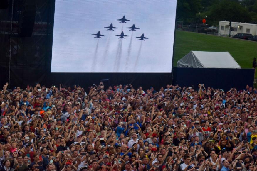 साथ ही स्वतंत्रा दिवस के अवसर पर प्रेसिडेंट ट्रंप ने लोगों संबोधित भी किया. अमेरिका के बीते 70 साल के इतिहास में यह पहला मौका था जब स्वतंत्रता दिवस के अवसर पर किसी अमेरिकी राष्ट्रपति ने लोगों को संबोधित किया.