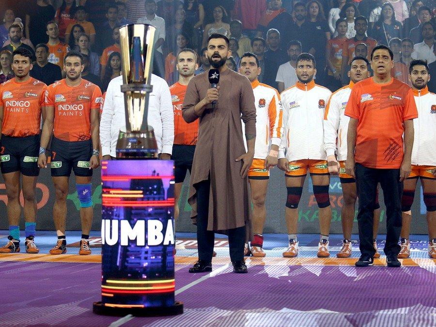 प्रो कबड्डी लीग के मुंबई चरण के विराट कोहली खास मेहमान थे. उन्होंने मुकाबला शुरू होने से पहले राष्ट्रगान भी गाया. कोहली से जब पूछा गया कि कौन कौन से खिलाड़ी इस फुर्ती के साथ कबड्डी खेल सकते हैं तो उन्होंने तुरंत ही महेन्द्र सिंह धोनी का नाम लिया.