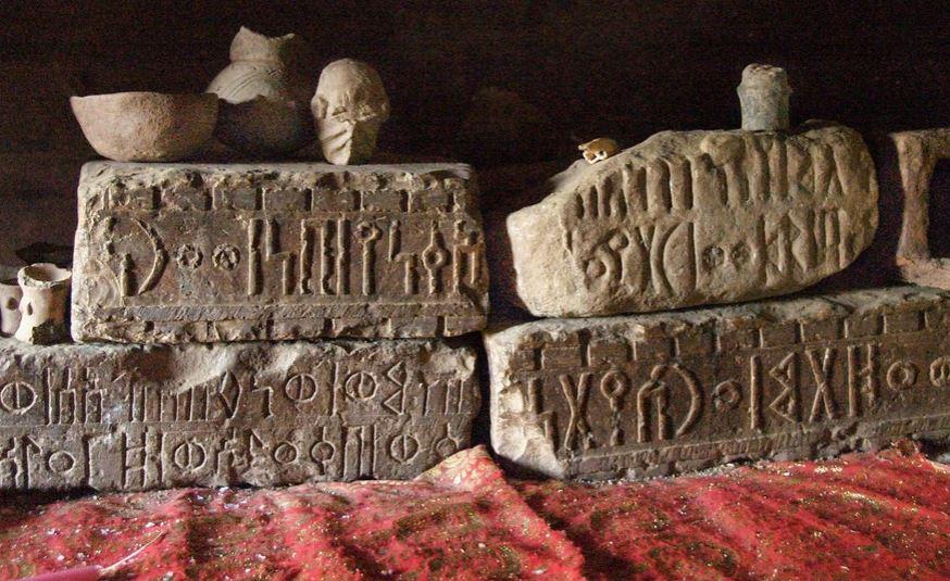 संस्कृत- इंडो-यूरोपियन लैंग्वेज फैमिली की इस भाषा का जन्म भारत में माना जाता है. कई सदियों पुरानी इस भाषा का पहला उदाहरण उत्तरप्रदेश के अयोध्या से माना जाता है. हालांकि गुजरात में भी प्राचीन संस्कृत के कई प्रमाण मिले हैं. हालांकि संस्कृत अब भी भारतीय आधिकारिक भाषाओं में से एक है लेकिन ये लुप्त होती भाषा के तहत आ चुकी है, जिसके नेटिव स्पीकर सिर्फ 14135 लोग हैं.
