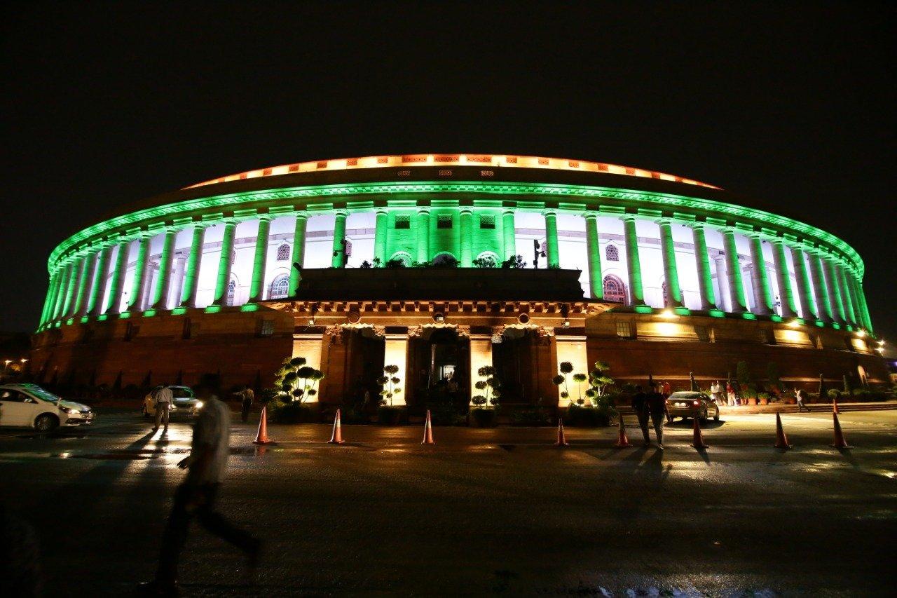 नई प्रकाश व्यवस्था संसद भवन के बाहरी हिस्से में की गई है और इस खूबसूरत रोशनी से संसद भवन काफी भव्य नजर आ रहा है. (Photo- ANI)