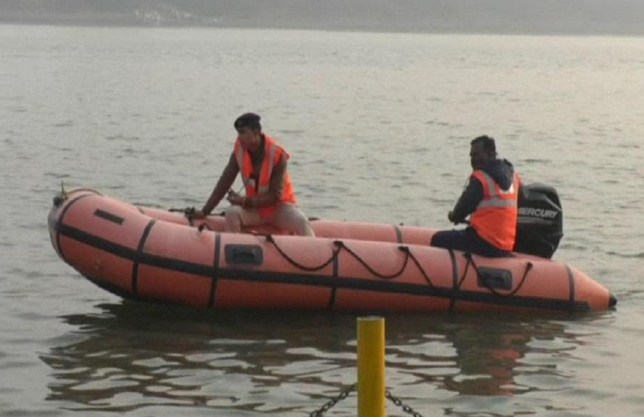 बाढ़ में फंसे लोगों को सुरक्षित स्थानों पर पहुंचाया जा रहा है