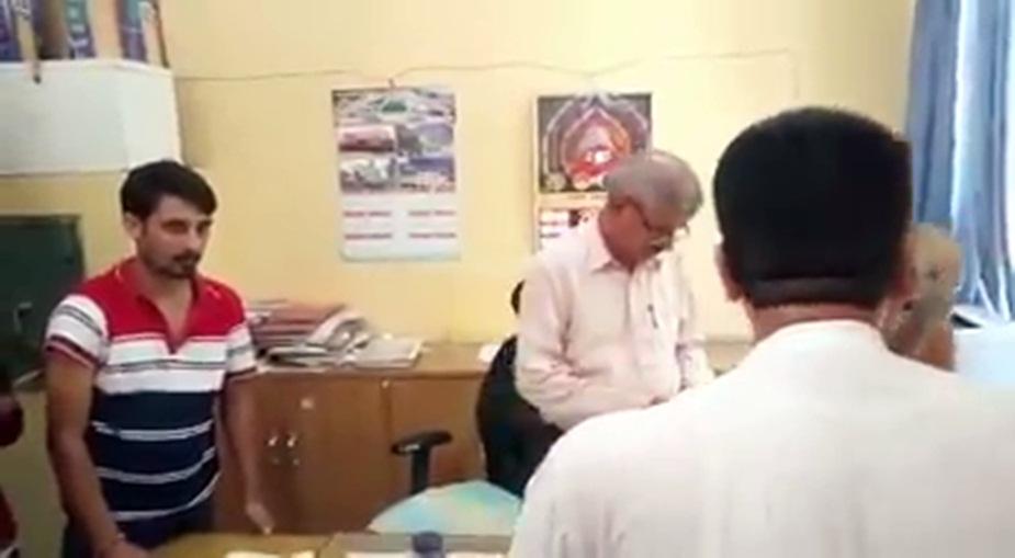 कांग्रेसी नेता चंद्रशेखर का लोक निर्माण विभाग (Public Welfare Department) के अधिकारी को फोन पर धमकाते हुए