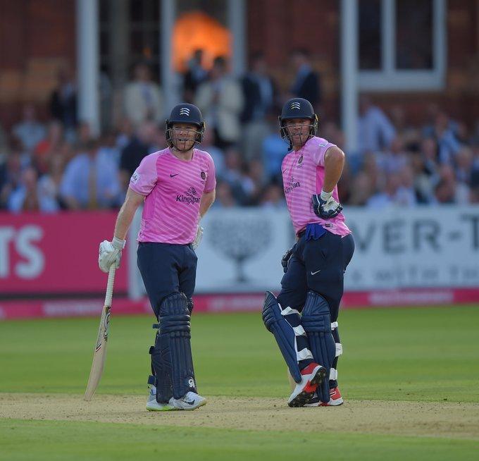 इंग्लैंड में चल रहे टी20 ब्लास्ट में साउथ अफ्रीकी बल्लेबाज एबी डीविलियर्स और इंग्लैंड के वर्ल्ड चैंपियन कप्तान ऑयन मॉर्गन ने गुरुवार को अपनी तूफानी बल्लेबाजी से फैंस का दिल जीत लिया. लॉर्ड्स में सरे के खिलाफ खेलते हुए डीविलियर्स और मॉर्गन ने ताबड़तोड़ अर्धशतक जमाया. दोनों ने शतकीय साझेदारी की और मिडिलसेक्स को 64 रनों की बड़ी जीत मिली.