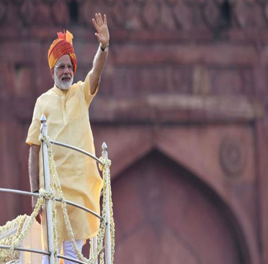 साल 2017 के स्वतंत्रता दिवस के अवसर पर पीएम नरेंद्र मोदी नारंगी रंग की पगड़ी में दिखाई दिए थे. उन्होंने कुर्ता पायजामा पहना हुआ था. पीएम मोदी ने इसबार न्यू इंडिया का कंसेप्ट देश के सामने रखा. उन्होंने कहा कि नया भारत गरीबों और किसानों का भारत होगा. इसके तहत 2022 तक किसानों की इनकम डबल करने की बात कही गई.