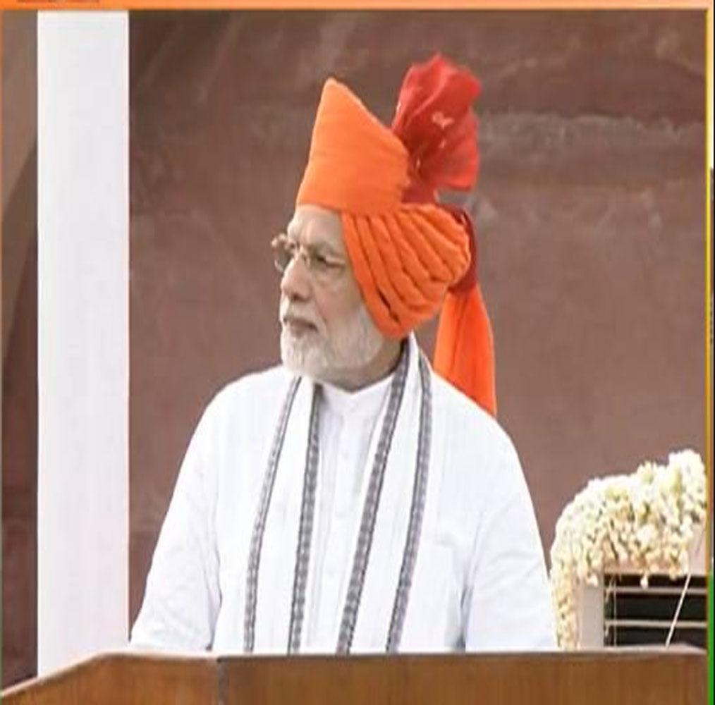 पिछली बार प्रधानमंत्री नरेंद्र मोदी सफेद कुर्ता पायजामा और लाल बंधेज किनारी वाला भगवा साफा पहना. वैसे कुर्ता पायजामे के साथ खास पगड़ी में पीएम मोदी का लुक बहुत उम्दा लगता है.