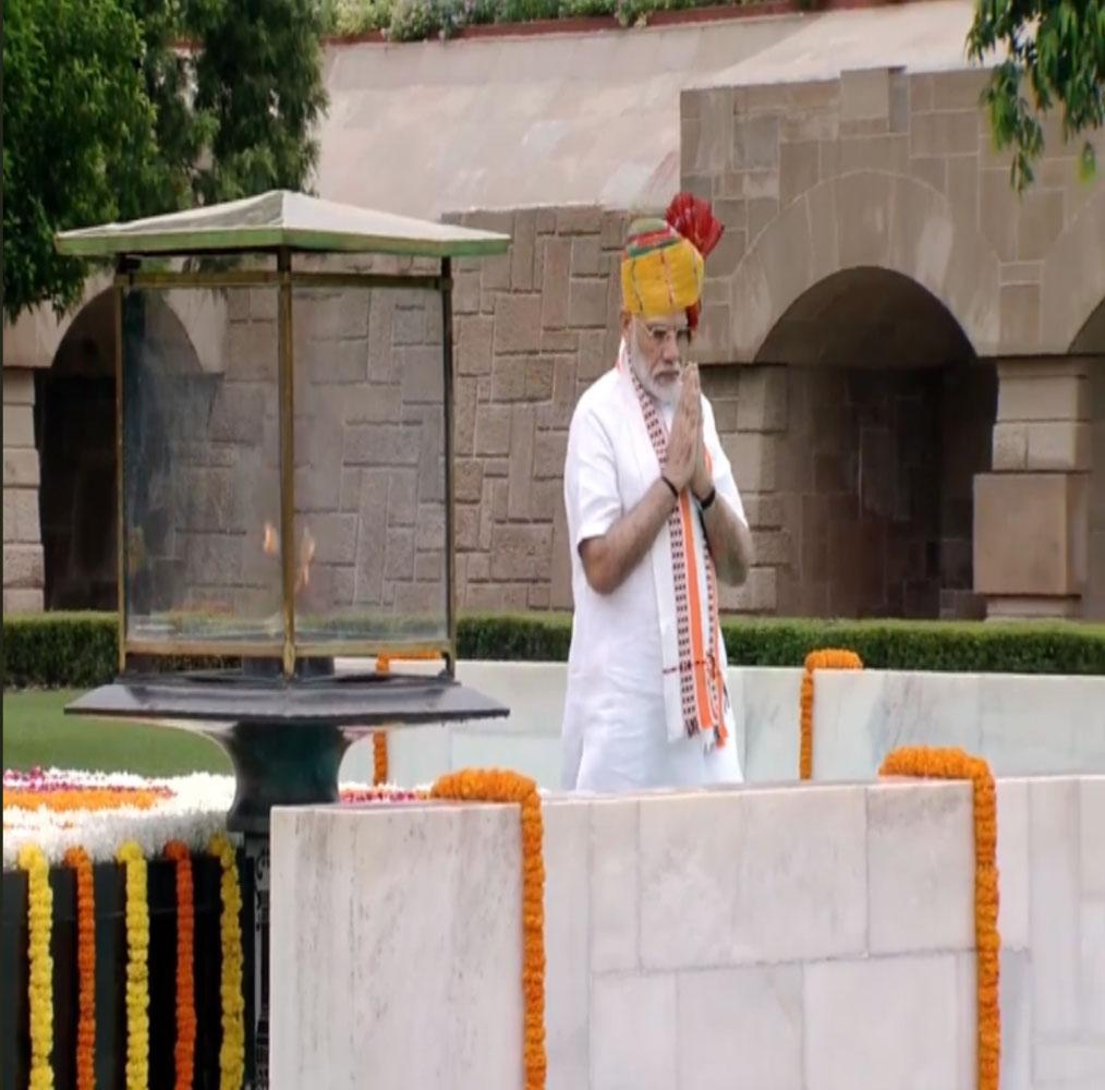 पीएम मोदी प्रत्येक वर्ष राजघाट पर महात्मा गांधी को श्रद्धांजलि देने जाते हैं.