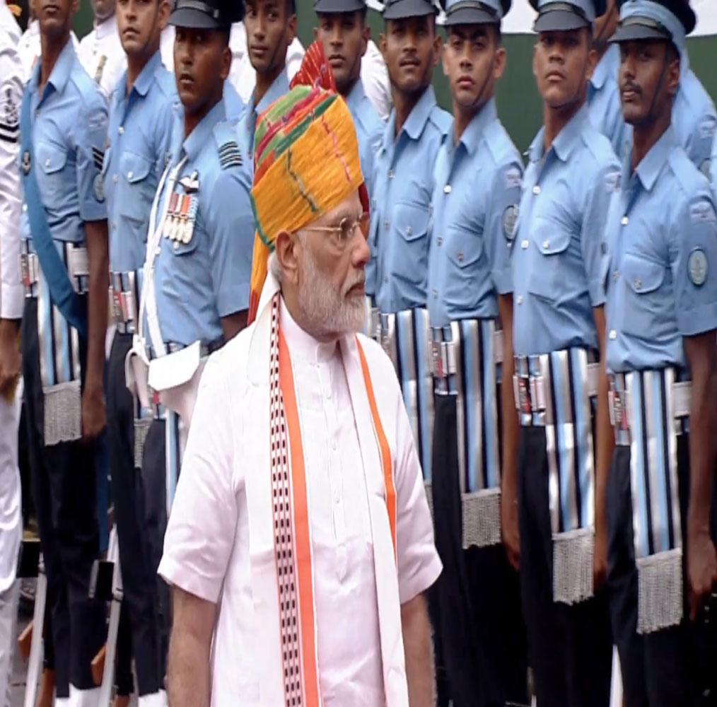 राजघाट के बाद प्रधानमंत्री नरेंद्र मोदी लालकिला पहुंचे, उन्होंने वहां पहले सलामी का निरीक्षण किया.