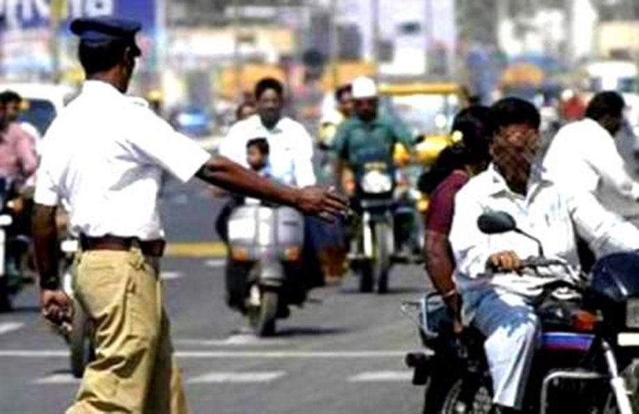 ट्रैफिक नियमों का पालन, Following traffic rules