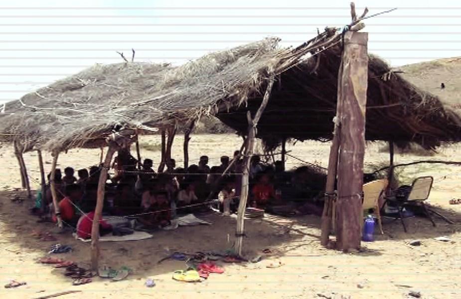 घास-फूस की झोपड़ी में स्कूल, School in a thatched hut