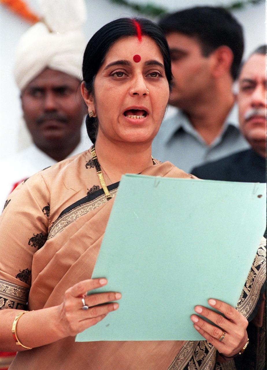 आठ मई, 1998 को सूचना एवं प्रसारण मंत्री बनाए जाने के बाद दिल्ली के सार्वजनिक कार्यक्रम में पहुंची सुषमा स्वराज.