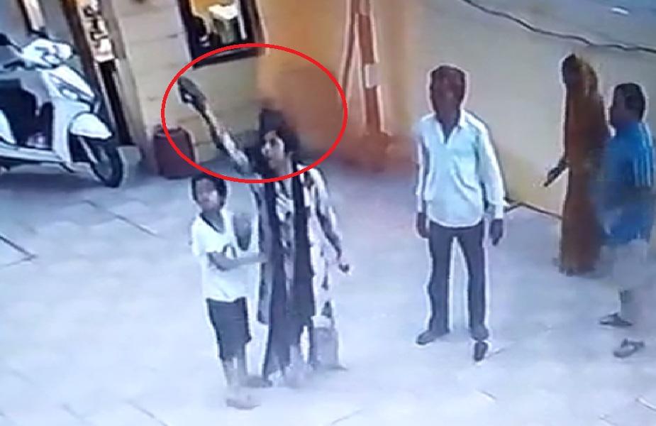 CCTV में कैद हुआ मारपीट का वीडियो