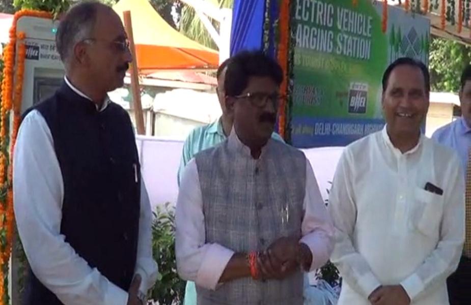 मंत्री अरविंद गणपत सावंत ने करनाल के ओएसिस पर्यटन स्थल पर किया इलेक्ट्रॉनिक चार्जर स्टेशन का उद्घाटन