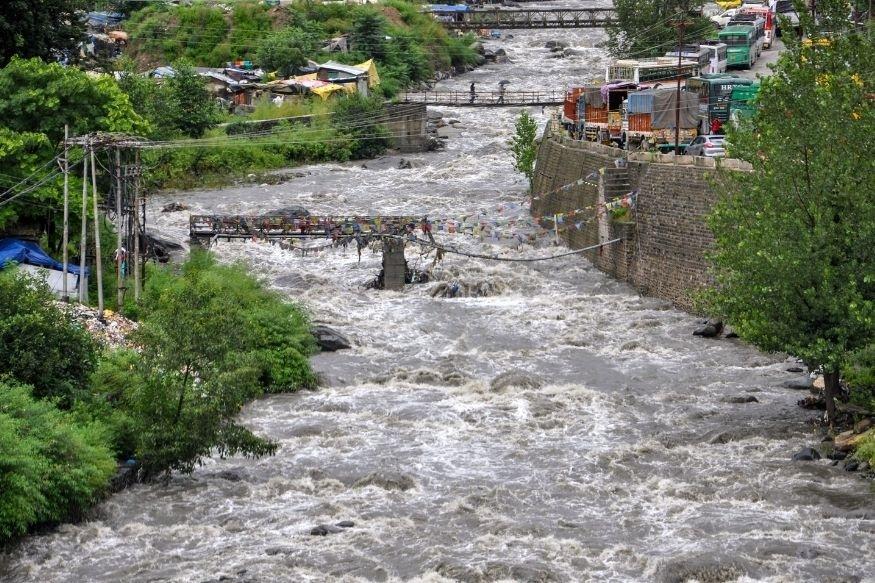 Flood - केंद्र की निगरानी में बाढ़ प्रभावित राज्यों में राहत दल बचाव कार्य में लगे हुए हैं.