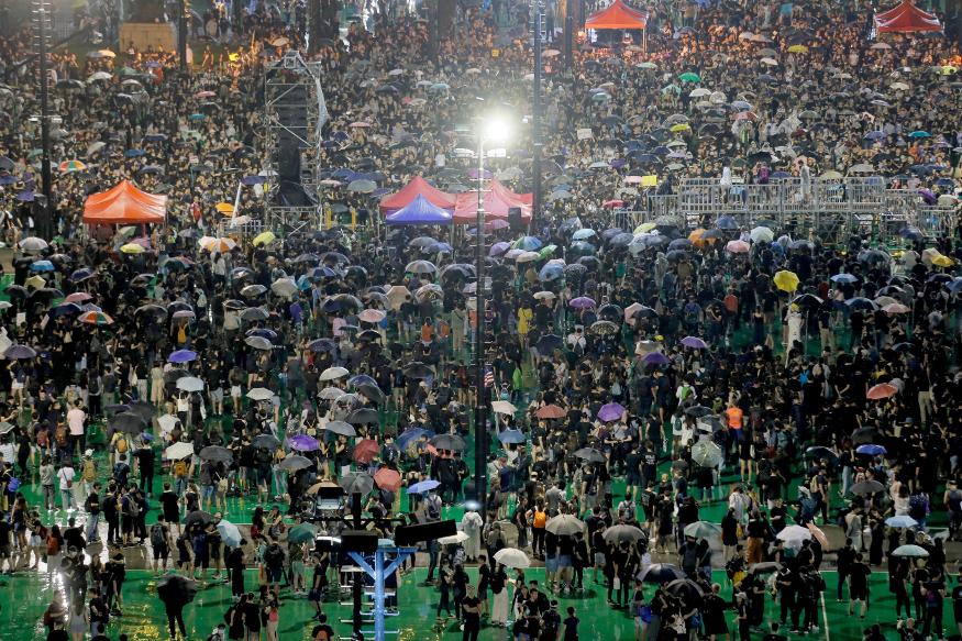 हांगकांग में लोकतंत्र समर्थक कार्यकर्ताओं के आह्वान पर रविवार को लाखों लोगों ने एक पार्क से मार्च निकाला और प्रमुख सड़क को जाम कर दिया. इस पार्क में बड़े पैमाने पर लोकतंत्र समर्थक प्रदर्शनकारी हर सप्ताहांत में अपनी नियमित गतिविधियों को अंजाम देते हैं. आयोजकों ने बताया कि उन्हें मार्च के शांतिपूर्ण होने की उम्मीद है.