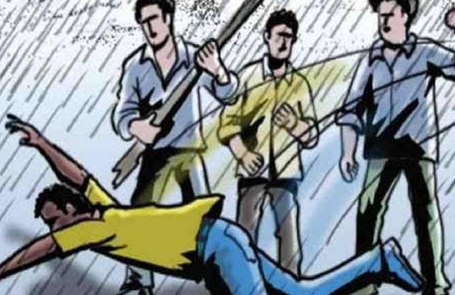 भीड़ ने युवक को बच्चा चोर समझकर लाठी-डंडो से पीटा (सांकेतिक तस्वीर)