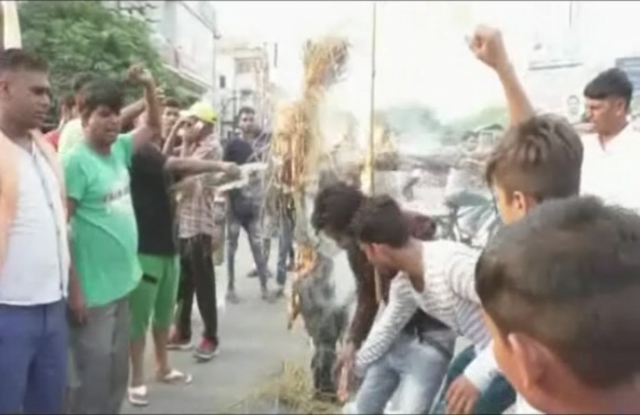 प्रदर्शनकारियों ने चेताया कि यदि सरकार ने गुरू रविदास मंदिर को अब जरा भी नुकसान पहुंचाया तो रविदास समाज पूरे हरियाणा में विरोध प्रदर्शन शुरू कर देगा- protest by ravidas society