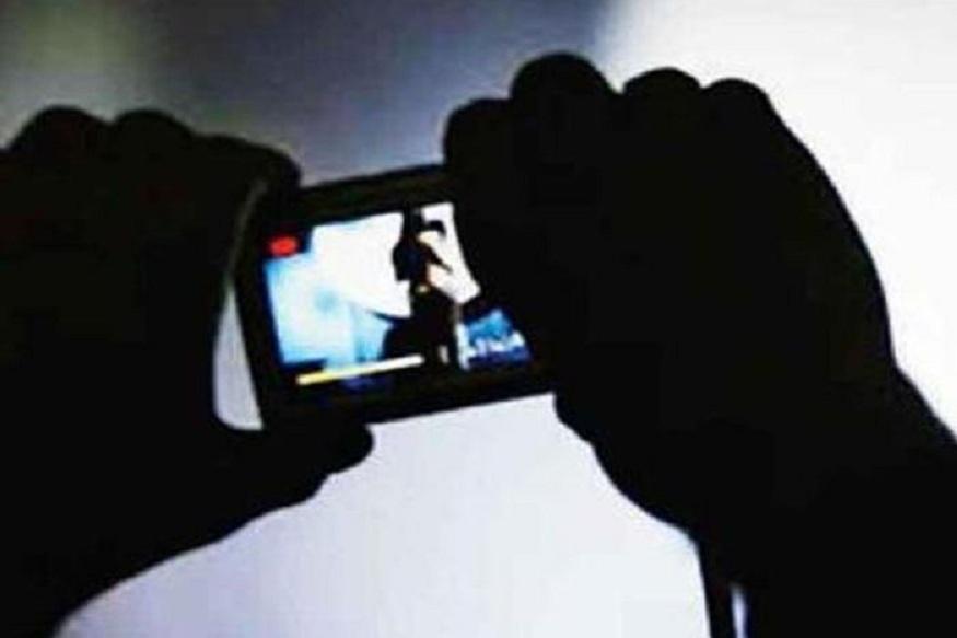 छत्तीसगढ़ (Chhattisgarh) के कांकेर (Kanker) जिले में के एक प्रेमी जोड़े(Lovers) को खुद के निजी पलों का अश्लील वीडियो (Porn Video) शूट करना भारी पड़ गया, क्योंकि जब पॉर्न साइट पर खुद के अश्लील वीडियो पर नजर गई तो कपल के होश उड़ गए