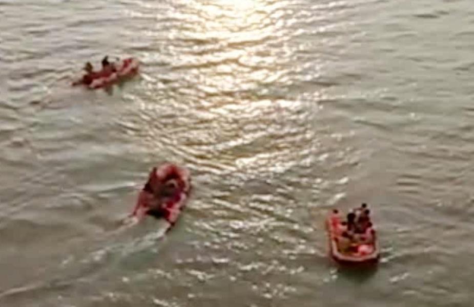 गोताखोर नदी में युवक को ढूंढने का लगातार कर रहे प्रयास