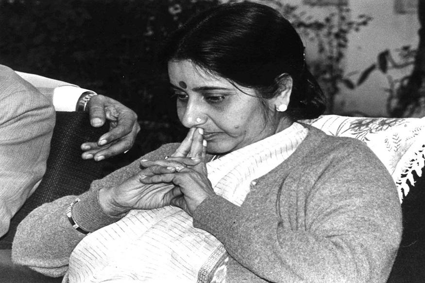 12 अक्टूबर को सुषमा स्वराज दिल्ली की मुख्यमंत्री बनी थीं. उन्हें साहब सिंह वर्मा की जगह मुख्यमंत्री बनाया गया था. इस दौरान शपथग्रहण का एक दुर्लभ फोटो.