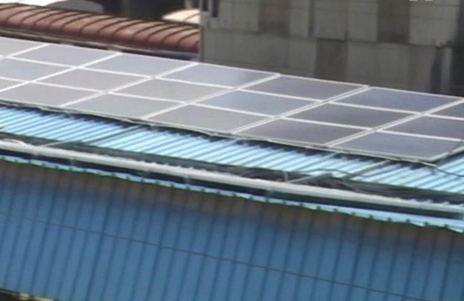प्लेटफार्म की छतों पर लगाए सोलर पैनल