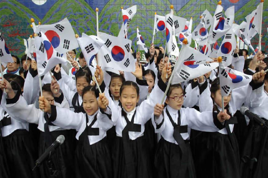 साउथ कोरिया 15 अगस्त को अपना स्वतंत्रता दिवस मनाता है. 15 अगस्त 1945 को साउथ कोरिया ने जापान से आजादी हासिल की थी. यूएस और सोवियत फोर्सेज ने कोरिया को जापान के कब्जे से बाहर निकाला था. इस दिन साउथ कोरिया के लोग नेशनल हॉलीडे के तौर पर मनाते हैं.