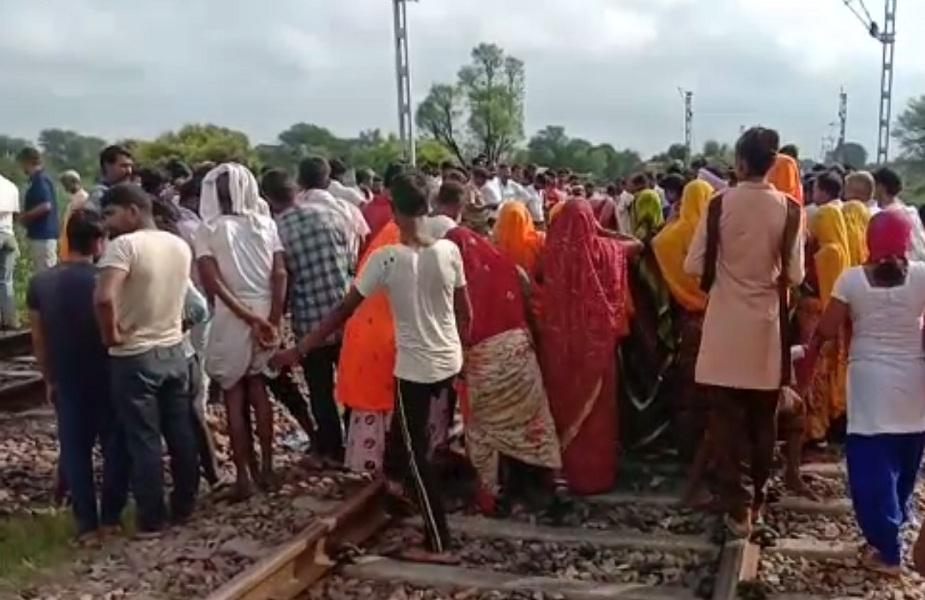 घटना के बाद रेलवे ट्रैक पर लोगों की लगी भीड़