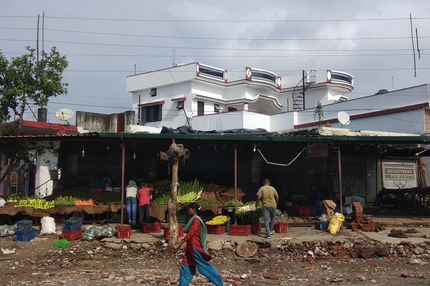 Dehradun 6 number pulia vending zone, पूर्व फौजी विनोद भारद्वाज की अपनी ज़मीन पर बनी दुकानों के आगे भी नगर निगम रेहड़ियों को जगह आबंटित कर रहा है.